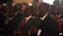6일 경제수도 아비쟝에서 대통령 취임선서를 한 알라산 와타라 대통령이 환하게 웃고있다.