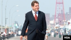 Алек Брук-Красный