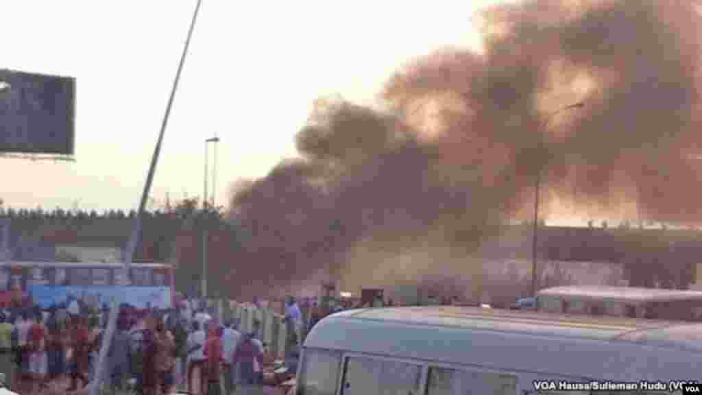 Uma multidão de gente reúne-se em Nyanya onde explodiu uma bomba, a 16 quilómetros do centro da cidade de Abuja, Abril 14, 2014. (Sulieman Hudu/VOA Hausa)