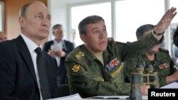 جنرال جراسیموف (راست) گفت که روسیه دو پایگاه نظامی را خود در سوریه حفظ خواهد کرد.