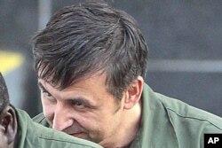 Aleksandr Fishenko, 2012-yilda olingan suratda, Nyu-Yorkda federal sudga olib ketilmoqda