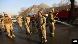 Petugas keamanan Afghanistan memeriksa lokasi serangan bunuh diri di pintu masuk Markas Besar Polisi Nasional Afghanistan di Kabul, Afghanistan, 1 Februari 2016.
