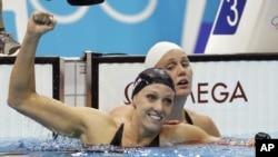 Dana Vollmer celebra su medalla de oro y nuevo récord mundial en los 100 metros mariposa.
