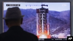 Un homme regarde à la télévision le lancement d'un missile de la Corée du Nord à Séoul, en Corée du Sud, le 28 avril 2016.