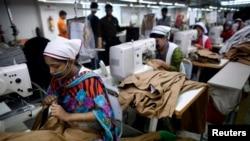 Các công nhân làm việc trong xí nghiệp may Goldtex trong khu chế xuất ở Dhaka