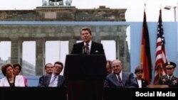 პრეზიდენტი რონალდ რეიგანი ბრანდერბურგის ჭიშკართან