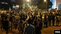 10月14日晚数以百计的香港示威群众和警察对峙,警方驱之不散 (美国之音海彦 拍摄)