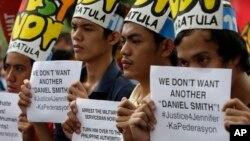 Warga Filipina menuntut keadilan atas pembunuhan Jennifer Laude, seorang transjender berusia 26 tahun, dalam aksi di depan Kedubes AS di Manila (14/10)/