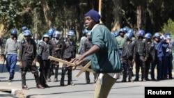 Un manifestant face à la police à Harare, 3 août 2016.