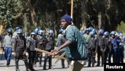 Un manifestant réagit face à la police, à Harare, le 3 août 2016.