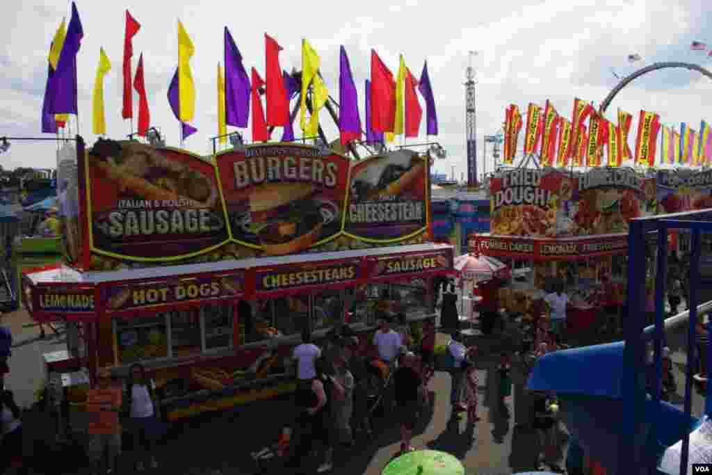 Hot dogs, helados, pizzas y limonadas son algunas de las comidas que se ofrecen en la feria.(Foto: Mariana Ardiles).