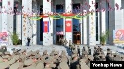 지난 9일 북한 제13기 최고인민회의 대의원 선거가 실시된 가운데, 군인들이 투표소에 들어가고 있다. 이번 선거는 김정은 국방위원회 제1위원장 집권 이후 처음 치러진 대의원 선거로, 노동당 요직에 발탁된 젊은 당료들이 최고인민회의에 대거 진출했습니다.