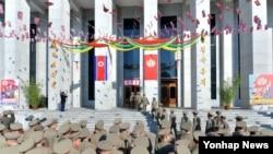 지난 9일 북한 제13기 최고인민회의 대의원 선거가 실시된 가운데, 군인들이 투표소에 들어가고 있다. (자료사진)