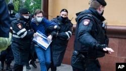 Задержание протестующего против ограничений прав из-за коронавируса у здания городского управления полиции в Москве