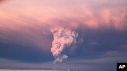 Năm 2010, các chuyến bay đã bị hoãn hay huỷ nhiều ngày trong một tuần lễ vì một đám mây tro bụi từ núi lửa phun ra ở Iceland.