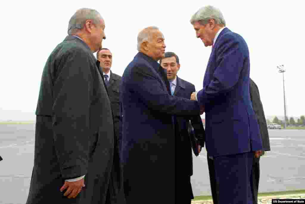 AQSh Davlat kotibi Jon Kerri O'zbekiston rahbari Islom Karimov va boshqa rasmiylar bilan ko'rismoqda