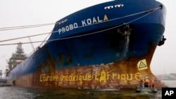 Le cargo Probo Koala marqué par un slogan peint par des militants de Greenpeace lors du blocus qu'ils ont imposé au navire dans le port de Paldiski Port, l'Estonie, 26 septembre 2006. (Photo publiée par Greenpeace)