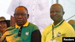 Le président de l'ANC Cyril Ramaphosa et son adjoint David Mabuza, à droite, regardent à East London en Afrique du Sud, le 13 janvier 2018.