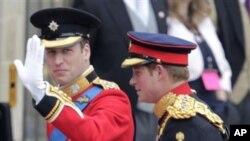 新郎威廉王子(左)和伴郎哈里王子到场