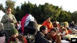 西班牙南部發生地震後露宿者等待返回自己家園