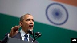 El presidente Barack Obama habla en el auditorium del Fuerte Siri en Nueva Delhi, poco antes de partir de la India.