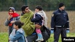Một gia đình người tị nạn đến trung tâm đăng ký tại cửa khẩu biên giới Croatia-Slovenia ở Lendava, Slovenia, 17/10/2015.