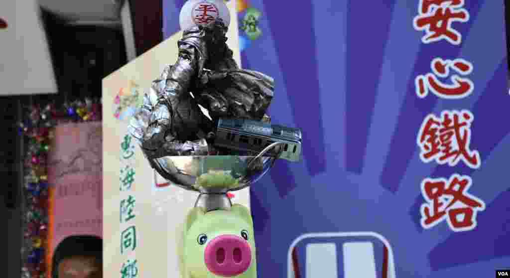 """諷刺港鐵及藝人出軌的""""安心鐵路""""飄色車裝飾。(美國之音湯惠芸攝)"""