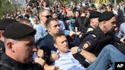 La police russe porte le leader de l'opposition, Alexeï Navalny, au centre d'une manifestation contre le président Vladimir Poutine sur la place Pouchkine à Moscou, en Russie, 5 mai 2018.