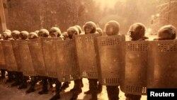 乌克兰内政部的安全人员12月9日在基辅在支持与欧盟融合的民众集会时封锁了一条街道