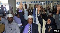 Para anggota parlemen Somalia dalam pemungutan suara (foto: dok.). PBB menyediakan 600 dolar per bulan untuk menggaji setiap anggota parlemen Somalia.