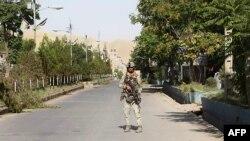 Pripadnik afganistanskih snaga bezbjednosti na straži na putu tokom sukoba sa talibanskim borcima u zapadnom gradu Kala-i-Nav, glavnom gradu pokrajine Badgis, 8. jula 2021.