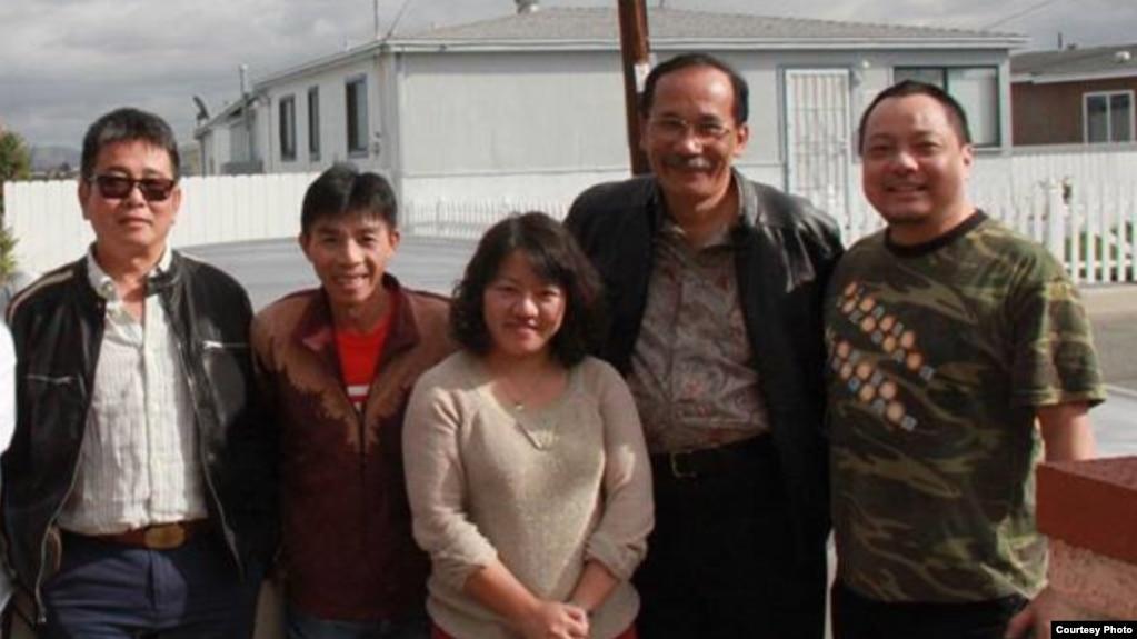 Blogger Phạm Đoan Trang (giữa)