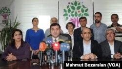 Partisinin Diyarbakır İl Başkanlığında bir basın toplantısı düzenleyen Halkların Demokratik Partisi Eş Genel Başkanı Selahattin Demirtaş, Musul operasyonunu değerlendirdi.