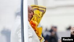 Un fiel lanza una bufanda al rostro del papa Francisco, a su llegada a la audiencia general en la plaza de San Pedro, en el Vaticano.