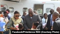 Président Félix Tshisekedi elongo na molongani wa ye Denis Naykeru bayambi folo na bana mike na bokomi na bango na libanda ya mpepo ya Mavivi, Beni, Nord-Kivu, 10 octobre 2019. (Facebook/Présidence RDC)