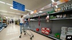 Các kệ hàng trống rỗng tại siêu thị Tesco ở Manchester, Anh, ngày 12/9/2021 vì thiếu tài xế giao hàng do đại dịch COVID-19.