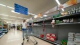 Prazni rafovi u supermarketu lanca Tesco u Manchesteru, 12. septembar 2021.