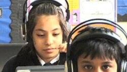 Des enfants d'une école primaire à Londres, Grande Bretagne devant leurs ordinateurs.