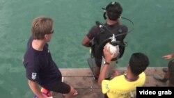 潛水員潛入泰國灣的深水裡開始工作。