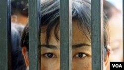 Keluarga tahanan menunggu saat-saat pembebasan di Gerbang Penjara Insein, Rangoon, Burma (foto: dok).