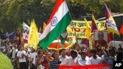 Ratusan warga Tibet di Dharamsala, India melakukan unjuk rasa untuk memprotes pemberontakan terhadap kekuasaan China tahun 1959 yang gagal, Minggu (10/3).