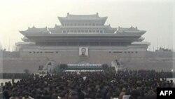 Người dân Bắc Triều Tiên tới đặt hoa tưởng niệm ông Kim Jong Il tại quảng trường chính ở Bình Nhưỡng, 21/12/2011.