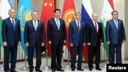 中國國家主席習近平 (中) 2013 年九月出訪哈薩克斯坦時正式宣布,將建立陸上絲綢之路。