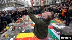 جمع کثیر مردم در بروکسل به یادبود از قربانیان حملات دیروز، برای یک دقیقه سکوت کردند.