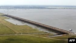 Cửa thoát lũ Morganza Spillway khi mở sẽ cho nước sông Mississippi thoát vào lưu vực Atchafalaya, Lousianna, ngày 12 tháng 5, 2011