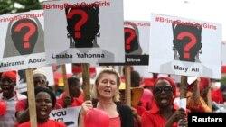 Para perempuan membawa plakat dalam protes menuntut pembebasan para siswi asrama putri yang diculik, di desa terpencil Chibok, di Lagos, Nigeria.