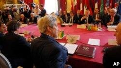 Le secrétaire d'État John Kerry, participe à un meeting sur la Syrie, à Paris, le 9 mai 2016, avec les représentants de France, Grande-Bretagne, Allemagne, Italie, Arabie Saoudite, Émirats d'Arabes unie, Qatar, Jordanie, Turquie et UE.