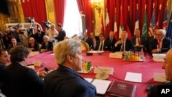 존 케리 미 국무장관(가운데)이 9일 프랑스 파리에서 서방과 아랍동맹국 외무장관들과 함께 시리아 평화 방안을 논의했다. 회의에는 서방의 지원을 받는 시리아 반정부측 대표도 참석했다. (자료사진)