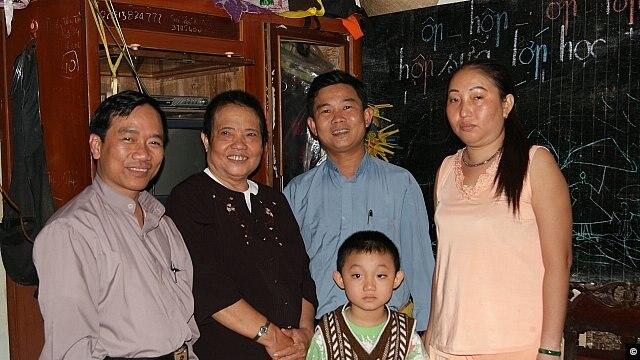 Bà Ðặng Thị Kim Liêng (thứ nhì từ bên trái) đã qua đời sau khi tự thiêu trước UBND tỉnh Bạc Liêu (ảnh: Danlambao)