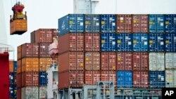 중국 허베이성 톈진항에서 화물선에 컨테이너를 싣고 있다. (자료사진)